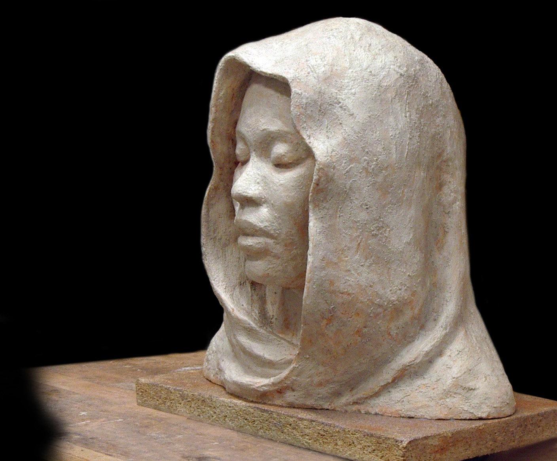 Mujer con velo. Yeso, 45 x 35 cm, Javier Olmedo. 2015