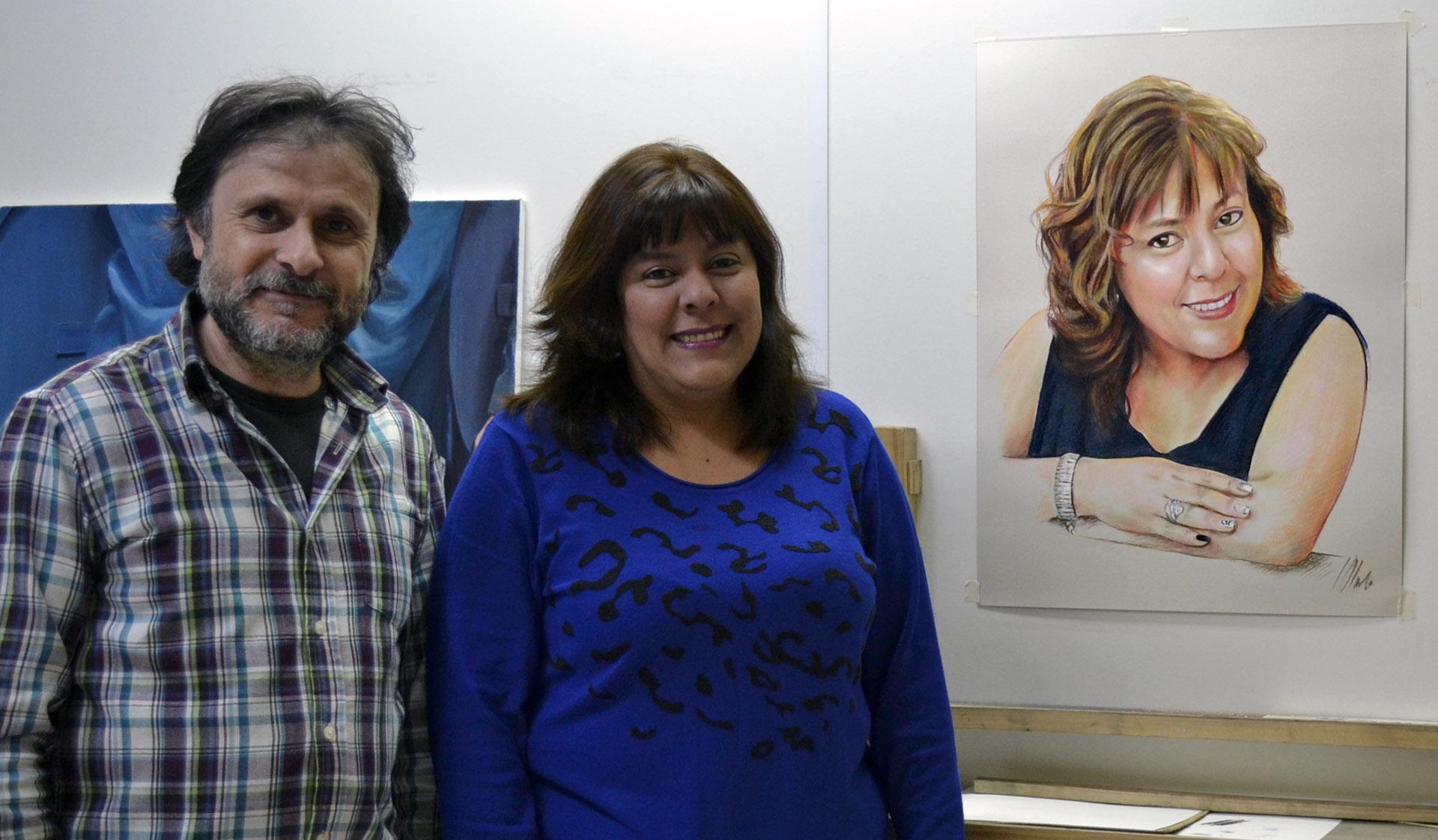 Patricia y Javier, junto al retrato a pastel